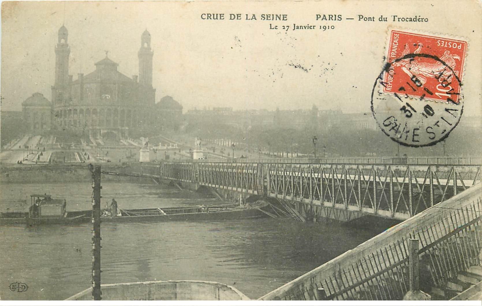 carte postale ancienne INONDATION ET CRUE DE PARIS 1910. Pont Trocadéro péniche bloquée