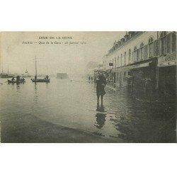 INONDATIONS ET CRUE DE PARIS 1910. Quai de la Gare femme dans l'eau