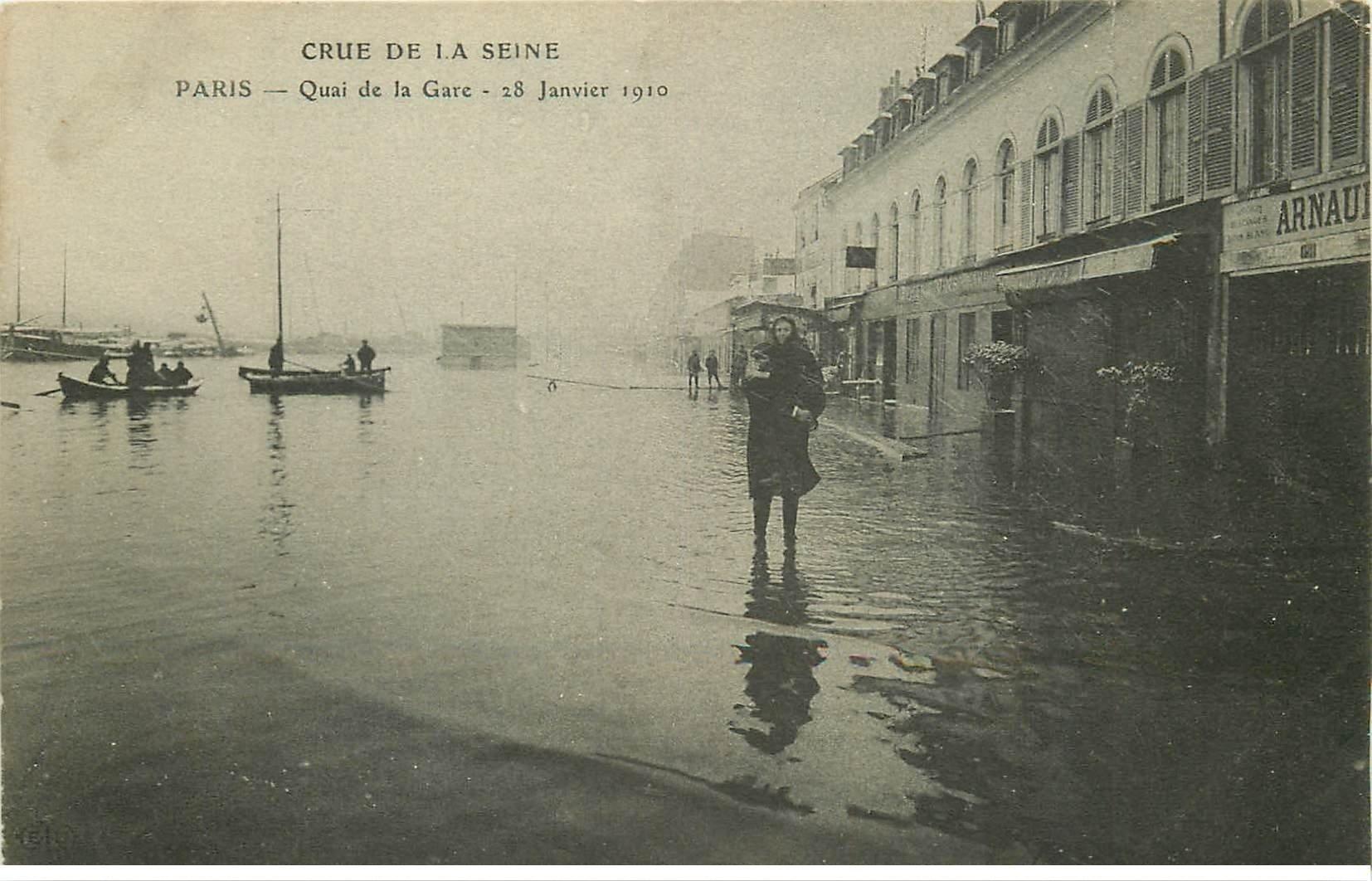 carte postale ancienne INONDATION ET CRUE DE PARIS 1910. Quai de la Gare femme dans les bras d'un Sauveteur