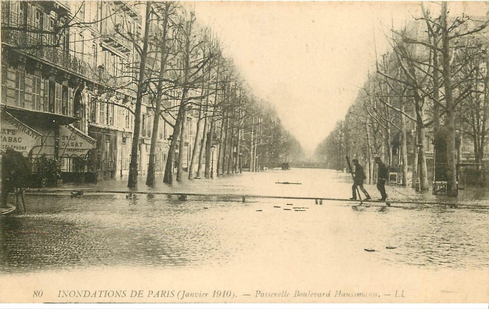 carte postale ancienne INONDATION ET CRUE DE PARIS 1910. Boulevard Haussmann passerelle