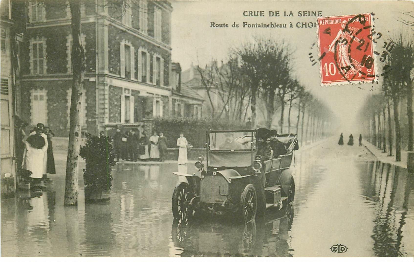carte postale ancienne Inondation et Crue de 1910. CHOISY-LE-ROI 94. Route de Fontainebleu Tacot dans l'eau