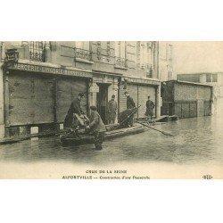 carte postale ancienne Inondation et Crue de 1910. ALFORVILLE 94. Construction d'une Passerelle