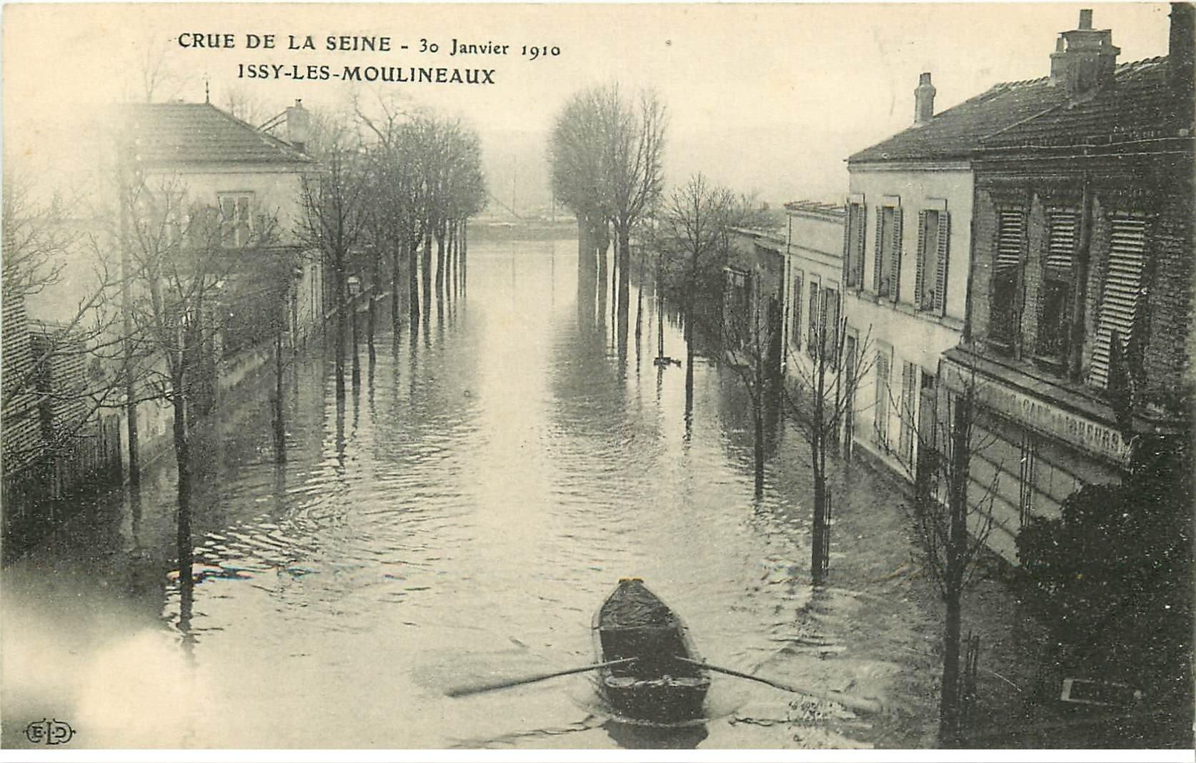 carte postale ancienne Inondation et Crue de 1910. ISSY-LES-MOULINEAUX 92. Barque devant le Tabac