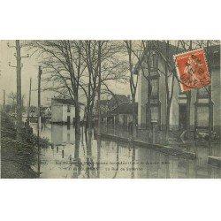 carte postale ancienne Inondation et Crue de 1910. COLOMBES 92. Rue Solférino