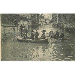 carte postale ancienne Inondation et Crue de 1910. ASNIERES 92. En route pour le Home Rue du Maine