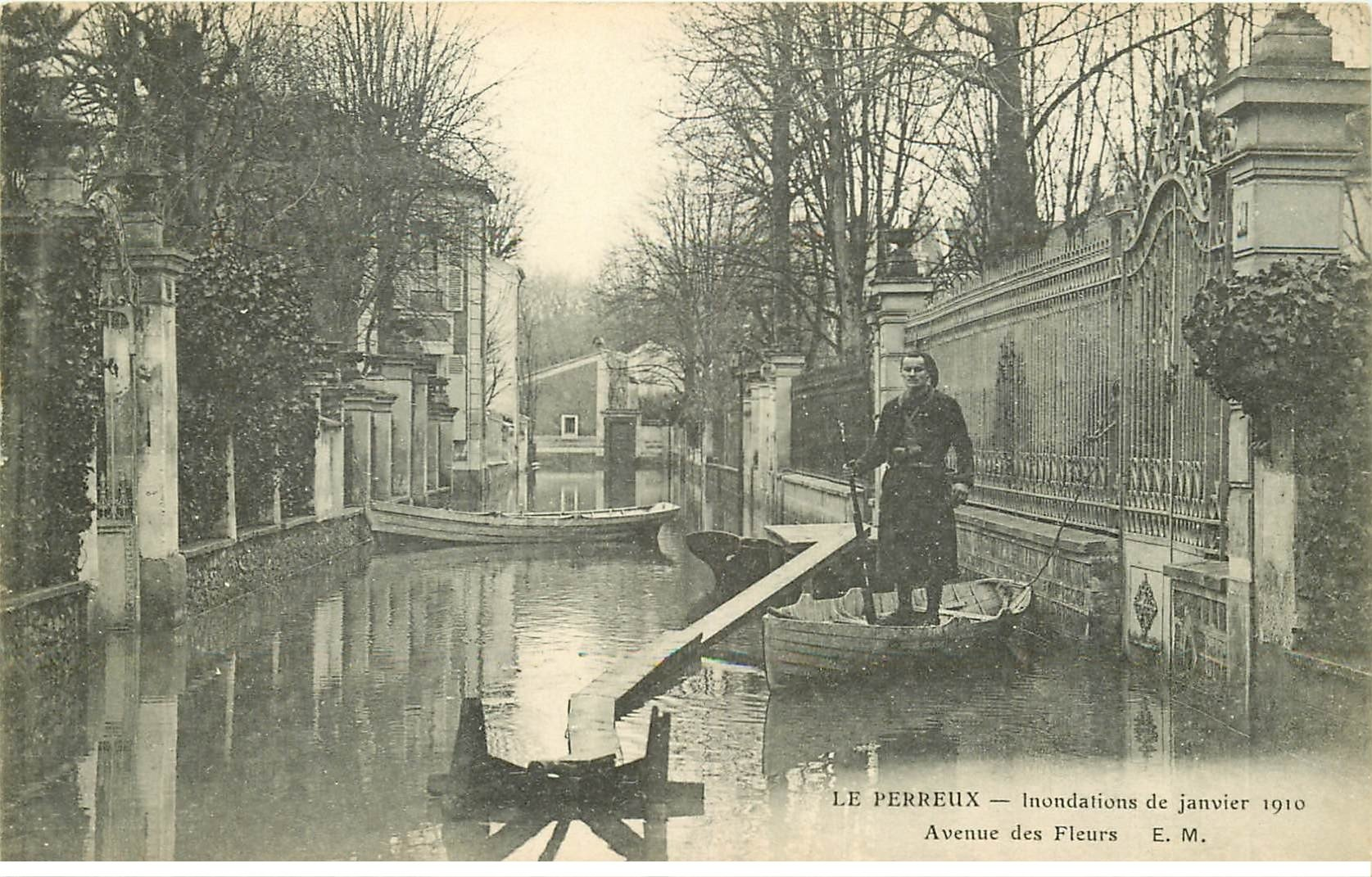 carte postale ancienne Inondation et Crue de 1910. LE PERREUX 94. Un Zouave Avenue des Fleurs