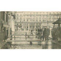 carte postale ancienne Inondation et Crue de 1904. NANTES 44. Place du Commerce