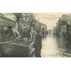 carte postale ancienne Inondation et Crue de 1910. ASNIERES 92. Rue Dussau Sauveteurs Militaires