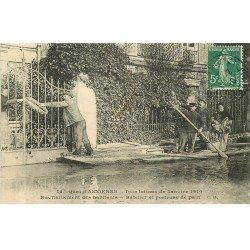 carte postale ancienne Inondation et Crue de 1910. ASNIERES 92. Batelier Porteur de pain ravitaillement des habitants