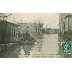 carte postale ancienne Inondation et Crue de 1910. ALFORVILLE 94. Rue Victor-Hugo Marins secouristes
