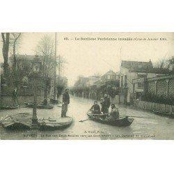 carte postale ancienne Inondation et Crue de 1910. ALFORT 94. Rue des Deux-Moulins barques de sauvetage Restaurant 7 Arbres