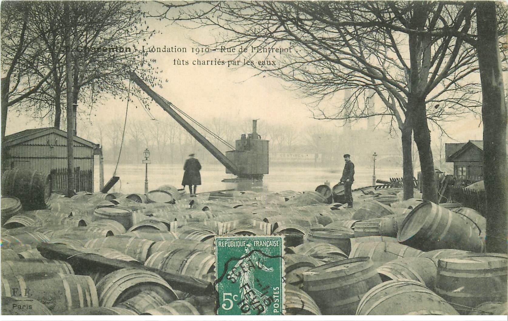 carte postale ancienne Inondation et Crue de 1910. CHARENTON 94. Rue de l'Entrepot futs charriés par les eaux