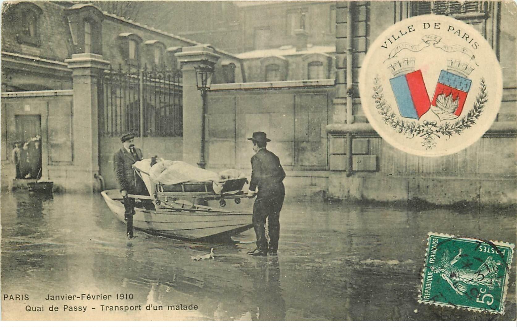 carte postale ancienne Inondation et Crue de PARIS 1910. Transport d'un Malade Quai de Passy par Bancardiers. Edition B.G