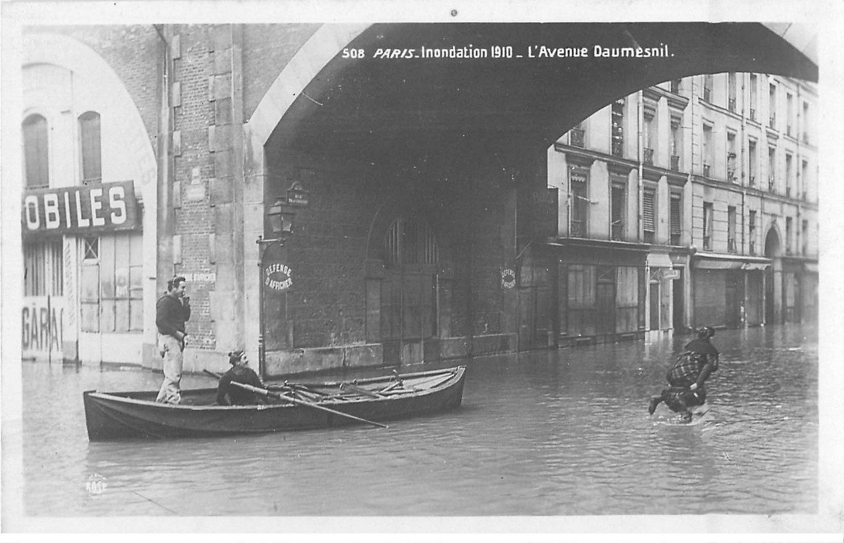 carte postale ancienne Inondation et Crue de PARIS 1910. Avenue Daumesnil. Carte Photo Ed. Rose