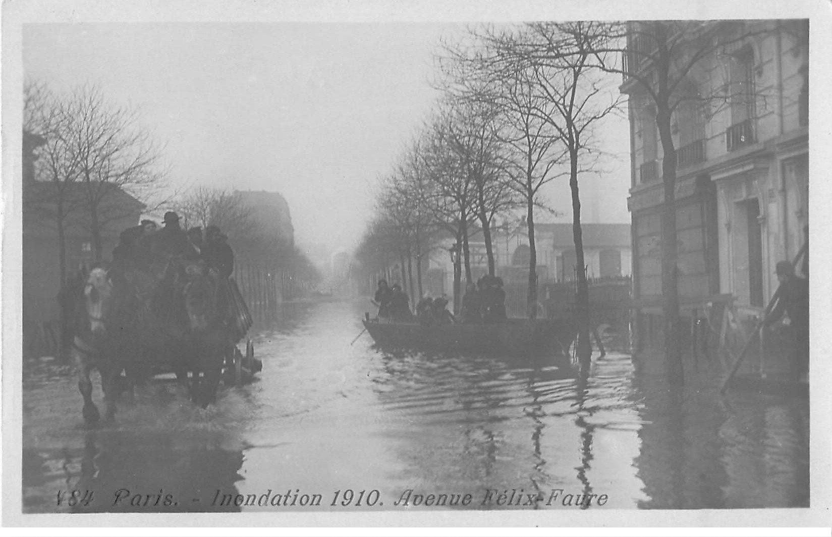 Inondation et Crue de PARIS 1910. Attelage Avenue Félix-Faure. Carte Photo Ed. Rose