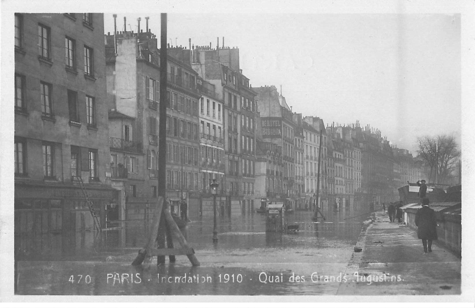 carte postale ancienne Inondation et Crue de PARIS 1910. Bouquinistes Quai des Grands-Augustins. Carte Photo Ed. Rose
