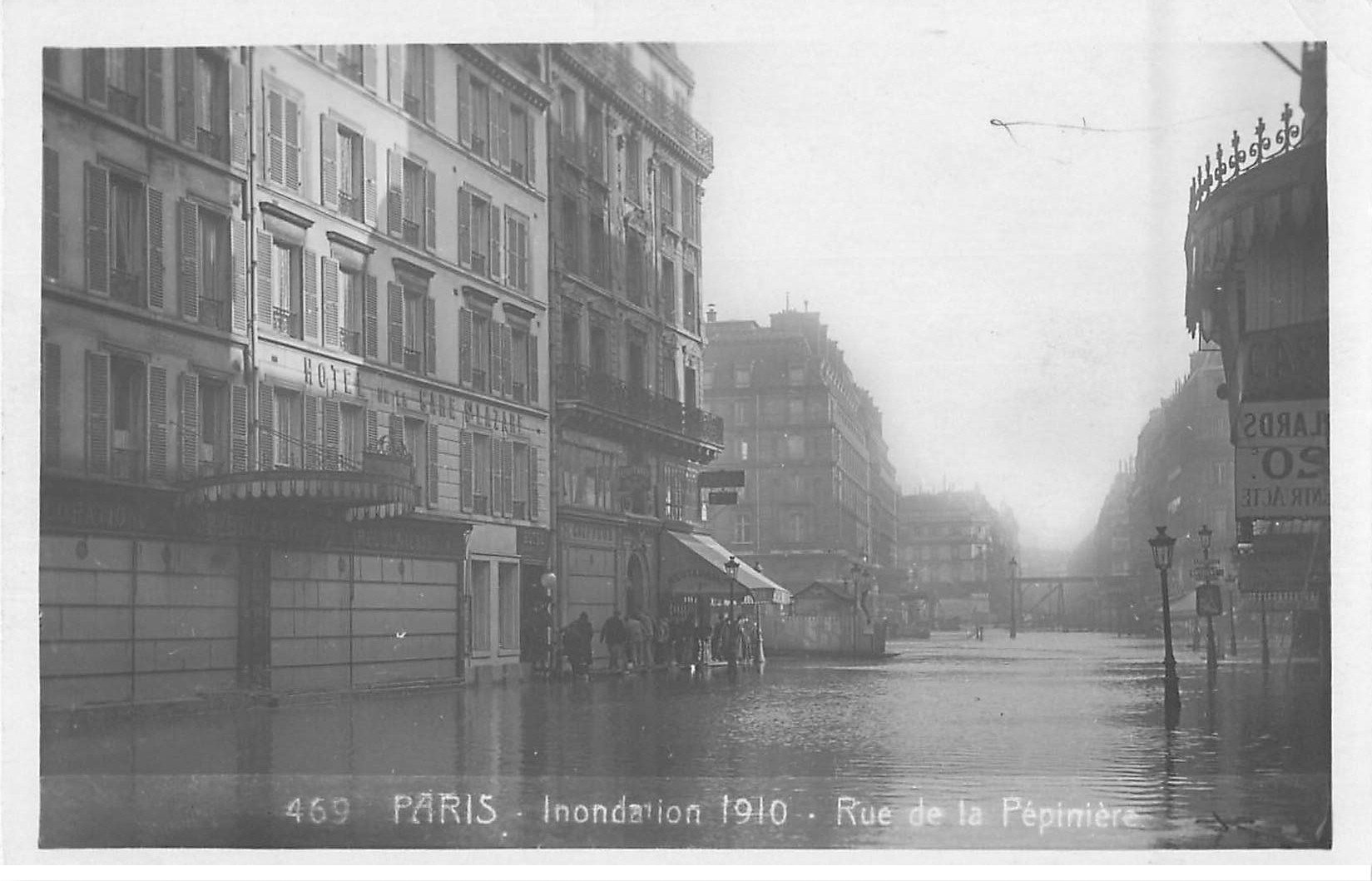 carte postale ancienne Inondation et Crue de PARIS 1910. Hôtel Gare St-Lazare Rue Pépinière. Carte Photo Ed. Rose