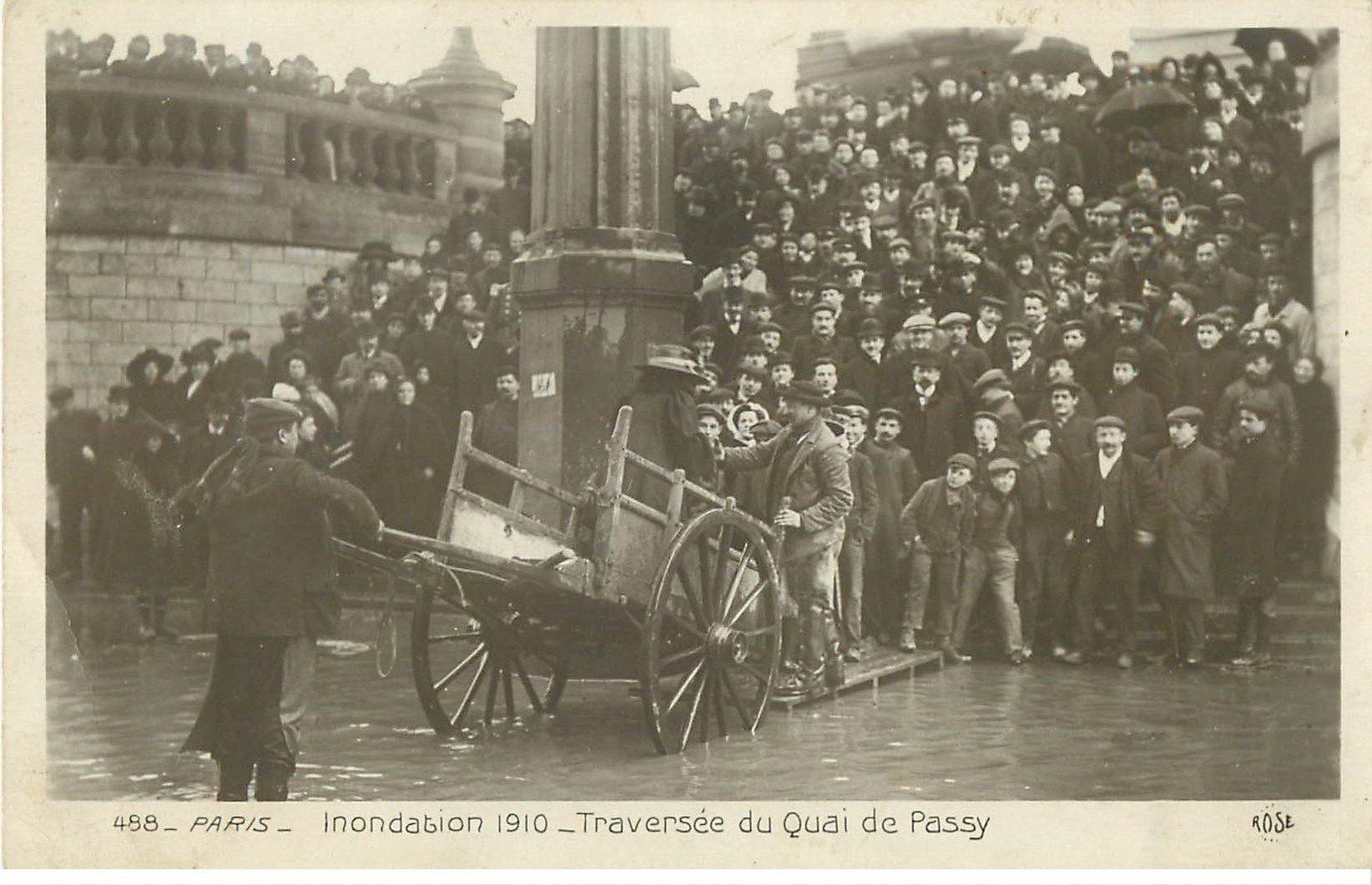 carte postale ancienne Inondation et Crue de PARIS 1910. Passeurs en Charrette Quai de Passy. Carte Photo Ed. Rose