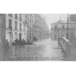 carte postale ancienne Inondation et Crue de PARIS 1910. Ravitaillement service de Bachotage Rue de Lille. Carte Photo