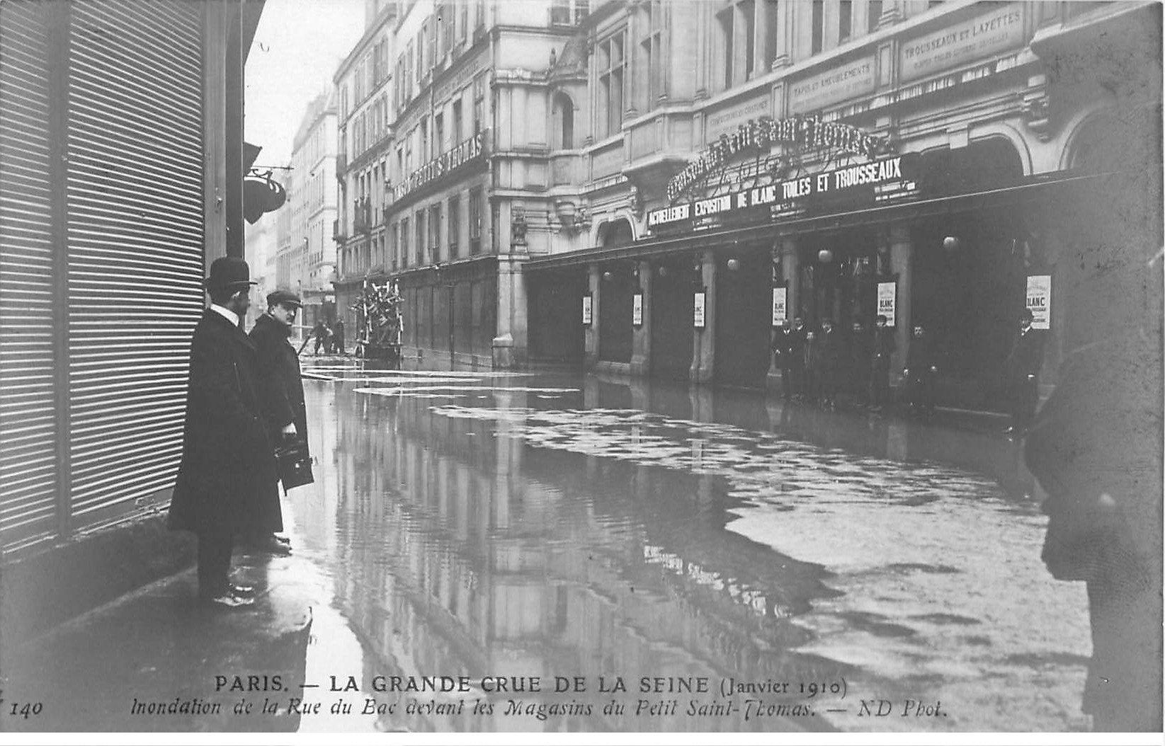 carte postale ancienne Inondation et Crue de PARIS 1910. Rue du Bac Magasins du Petit Saint-Thomas. Carte Photo