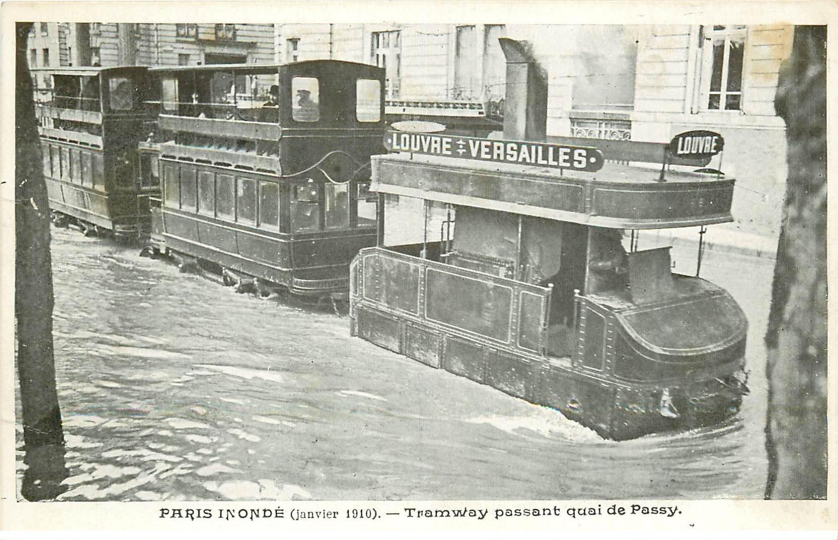 carte postale ancienne INONDATION ET CRUE PARIS 1910. Tramway à vapeur Quai de Passy. Louvre-Versailles
