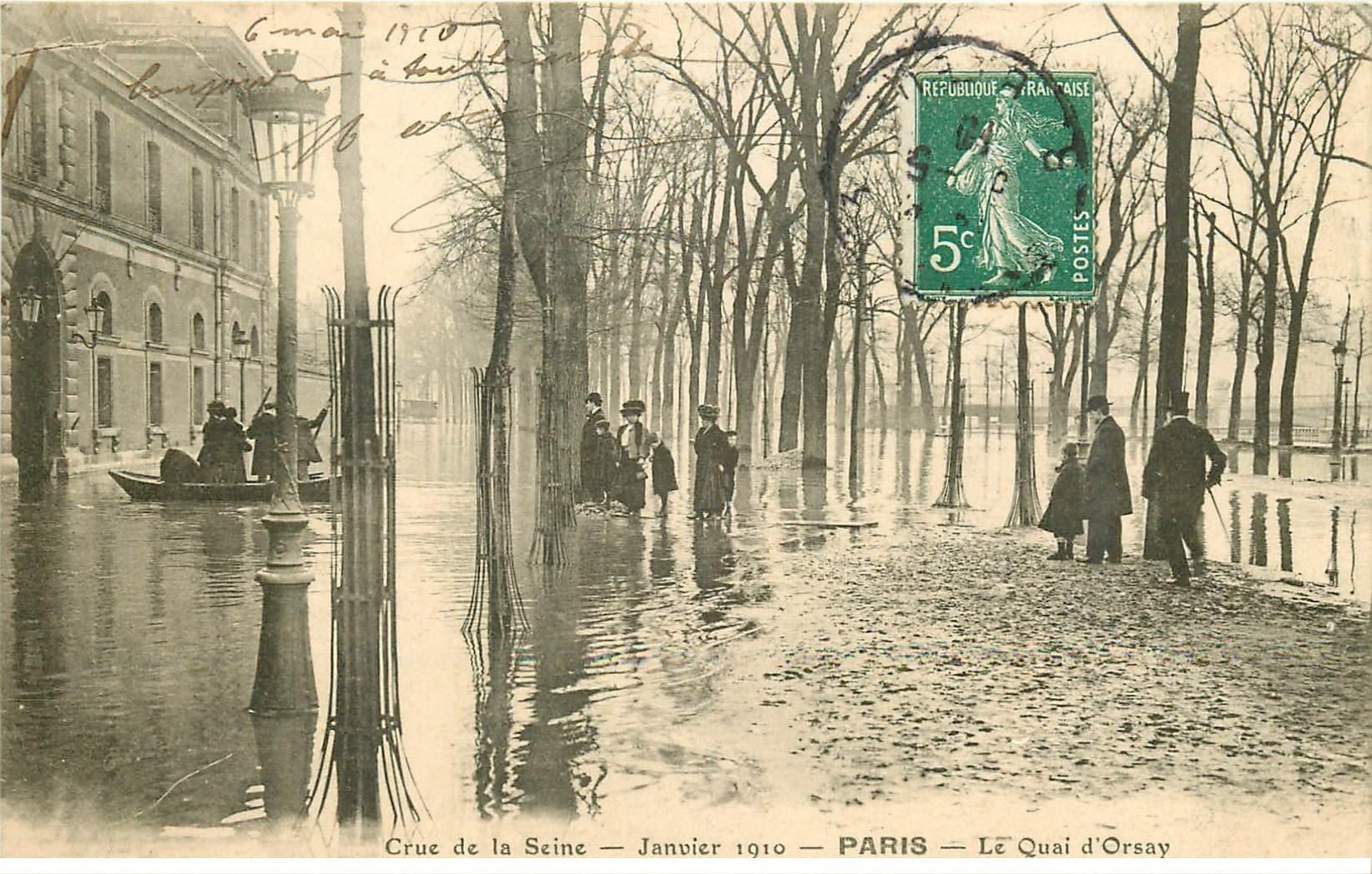carte postale ancienne INONDATION ET CRUE PARIS 1910. Passeurs au Quai d'Orsay