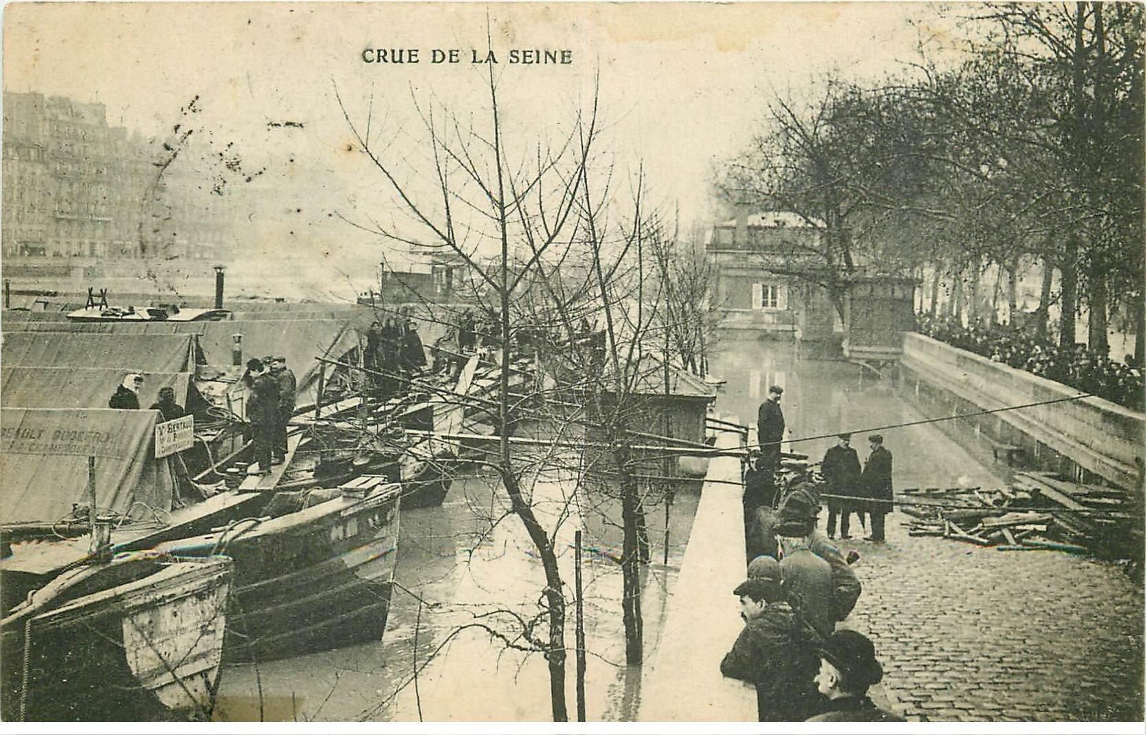 carte postale ancienne INONDATION ET CRUE PARIS 1910. Péniches sur la Seine