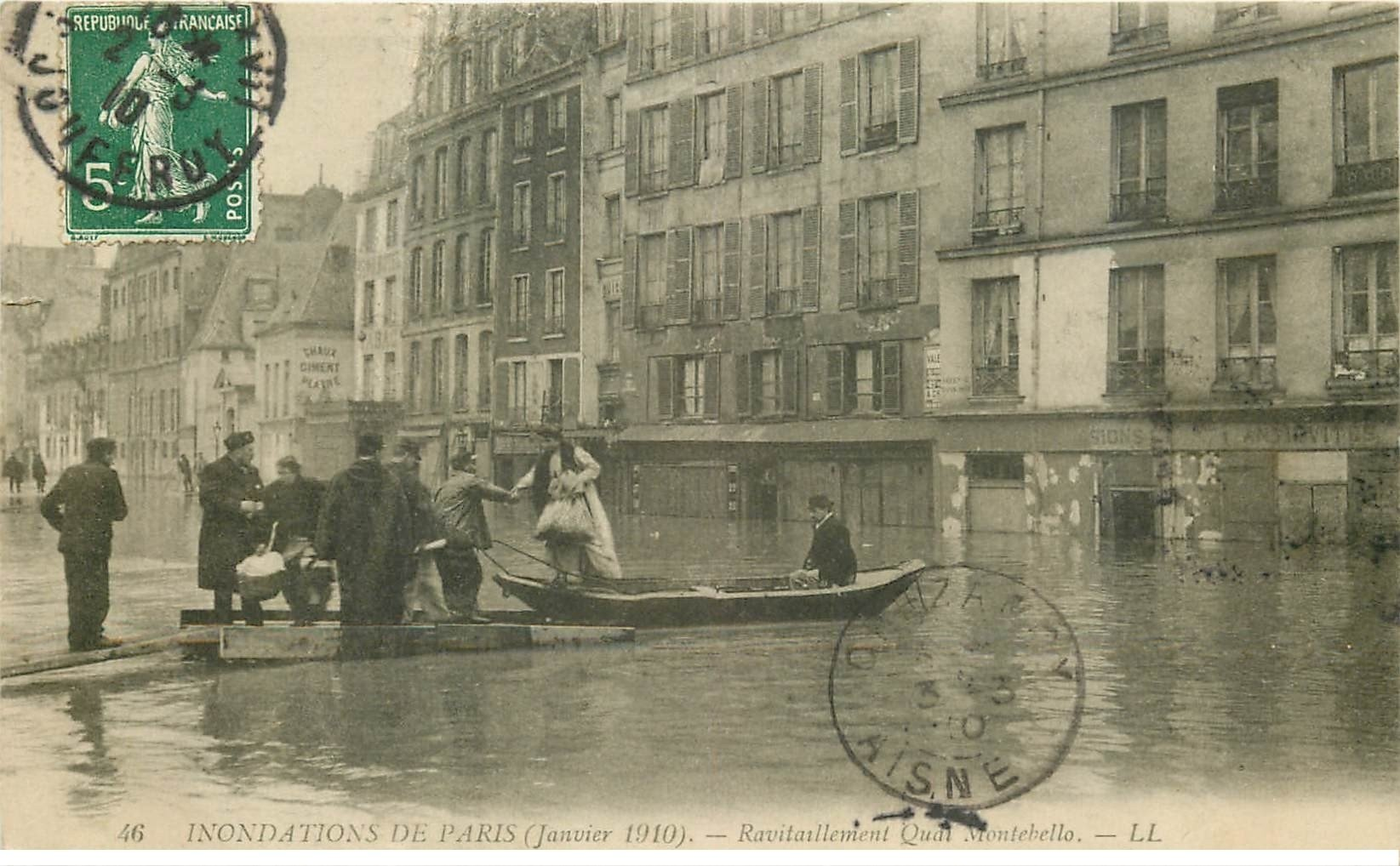 carte postale ancienne INONDATION ET CRUE PARIS 1910. Ravitaillement Quai Montebello
