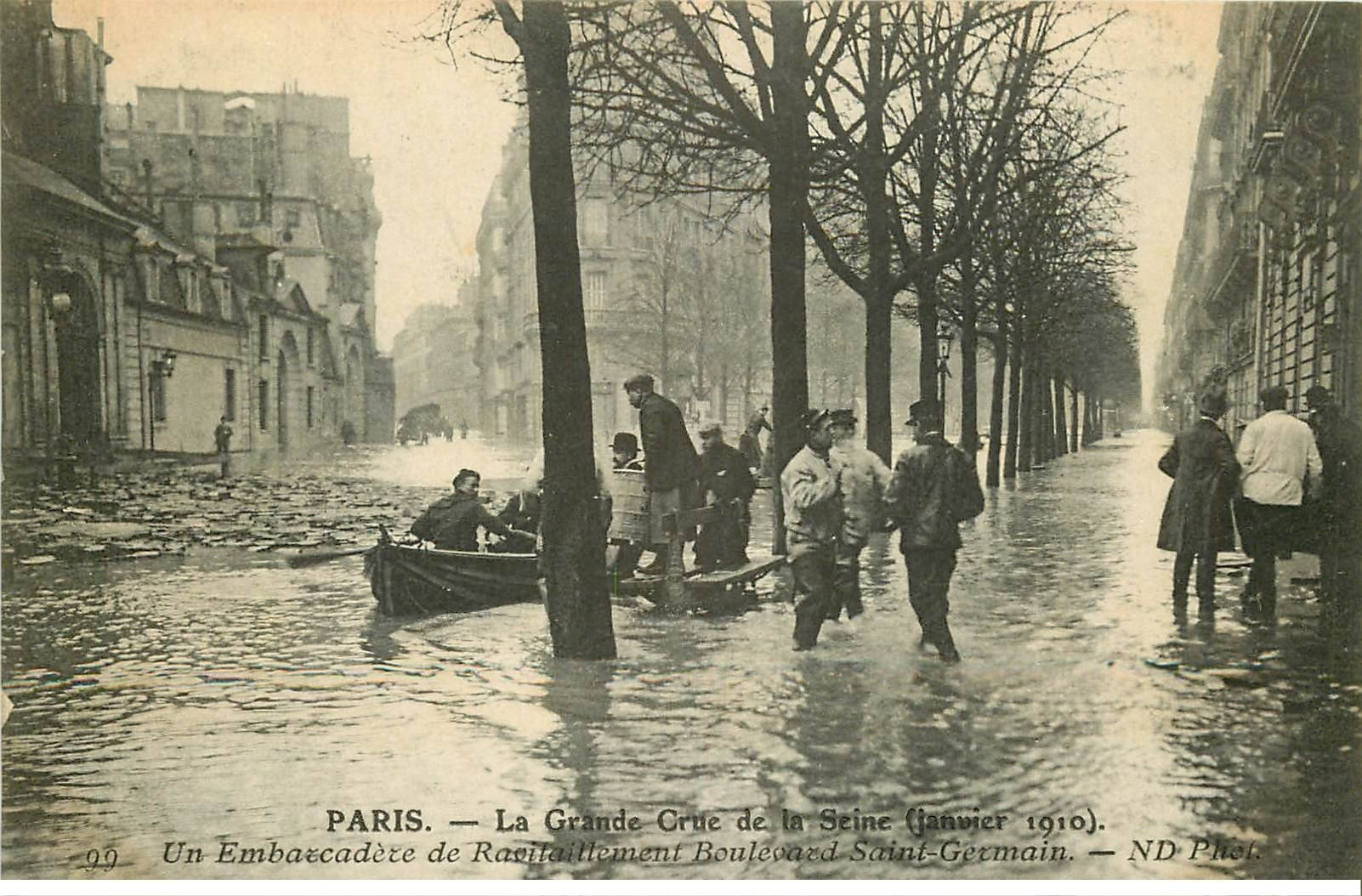 carte postale ancienne INONDATION ET CRUE PARIS 1910. Ravitaillement Boulevard Saint-Germain