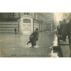 carte postale ancienne INONDATION ET CRUE PARIS 1910. Sauveteur rue du Bac
