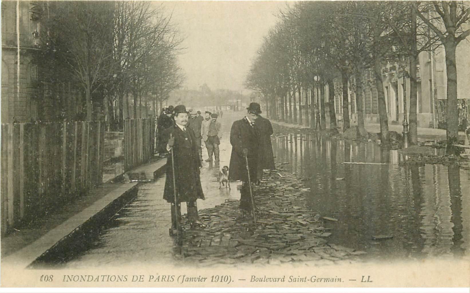carte postale ancienne INONDATION ET CRUE PARIS 1910. Boulevard Saint-Germain les pavés en bois