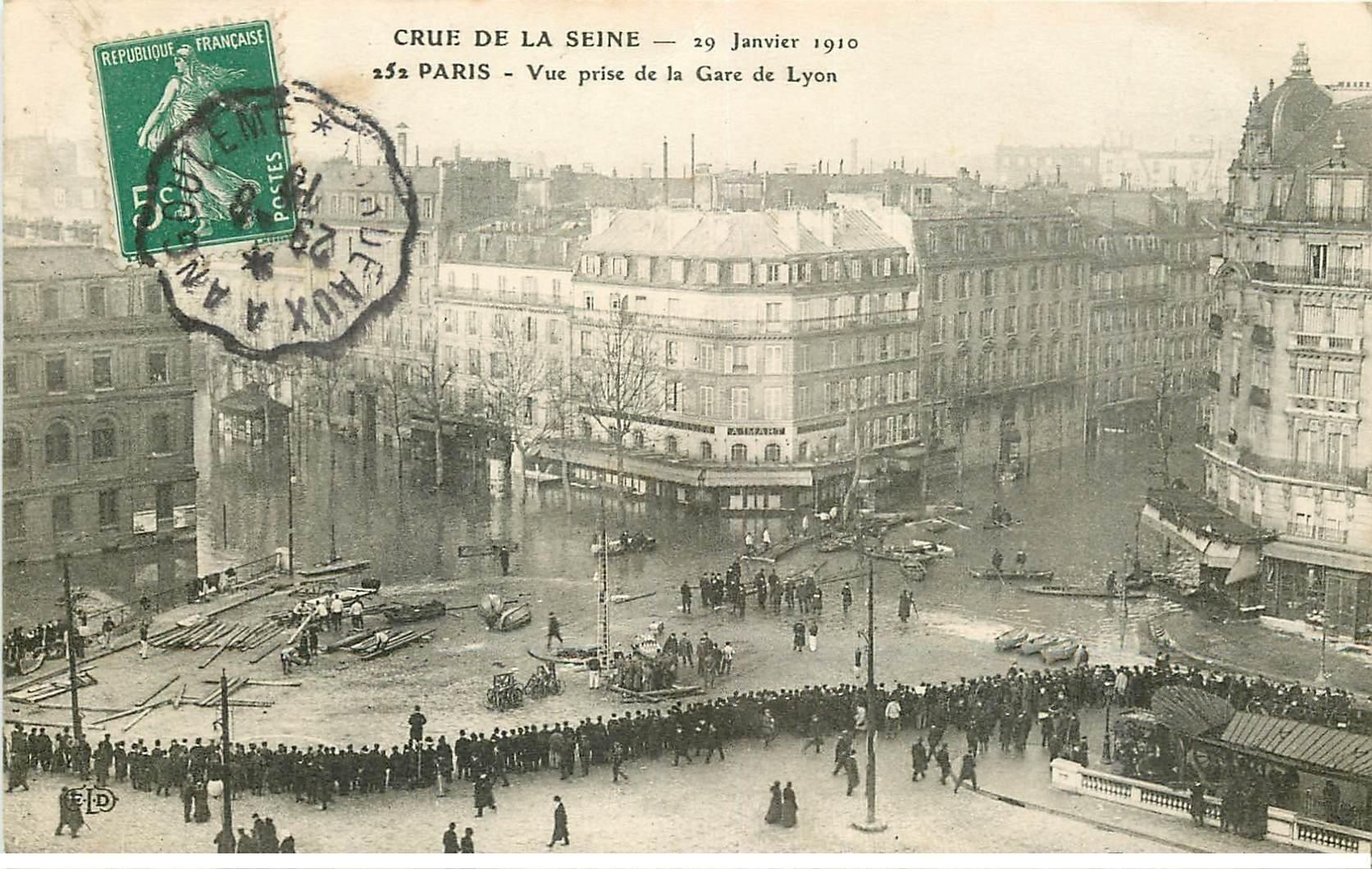 carte postale ancienne INONDATION ET CRUE PARIS 1910. Boulevard Diderot et Rue de Lyon pris de la Gare de Lyon