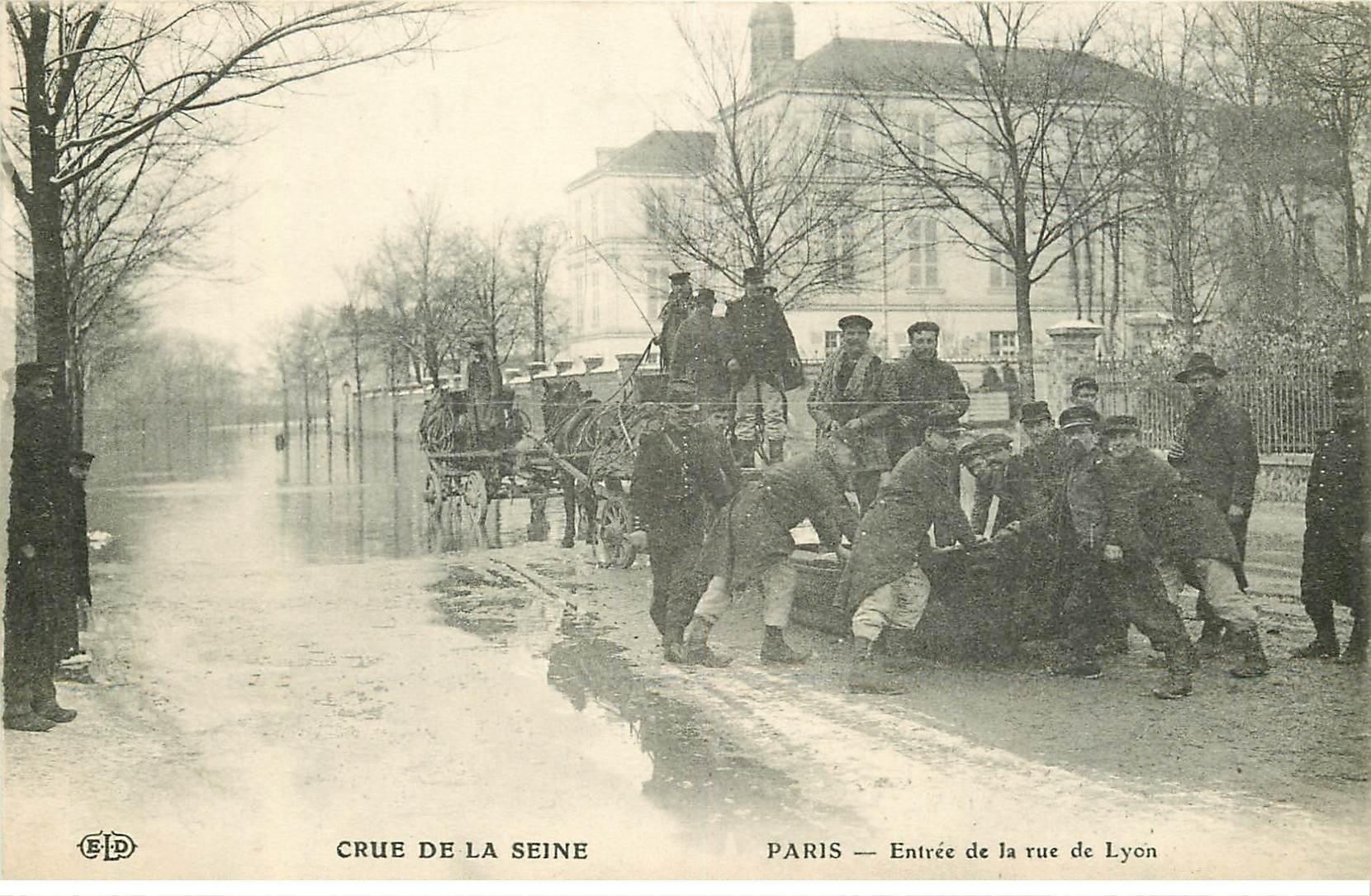 carte postale ancienne INONDATION ET CRUE PARIS 1910. Militaires et canot rue de Lyon
