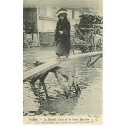carte postale ancienne INONDATION ET CRUE PARIS 1910. Une Parisienne pas effrayée