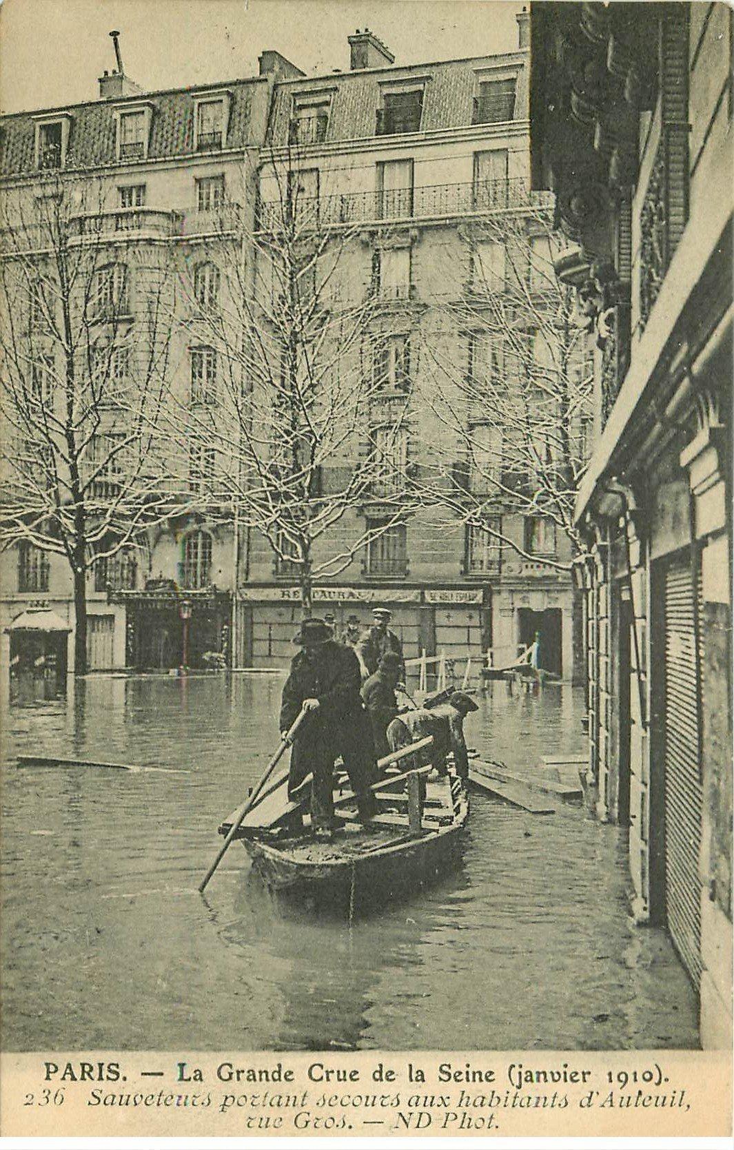 carte postale ancienne INONDATION ET CRUE PARIS 1910. Sauveteurs rue Gros à Auteuil