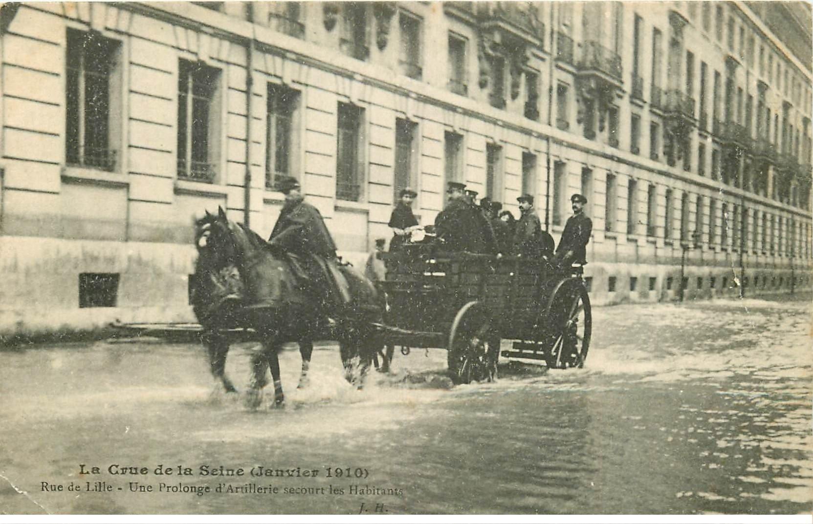 carte postale ancienne INONDATION ET CRUE PARIS 1910. Rue de Lille Artillerie secouristes. 2 plis...