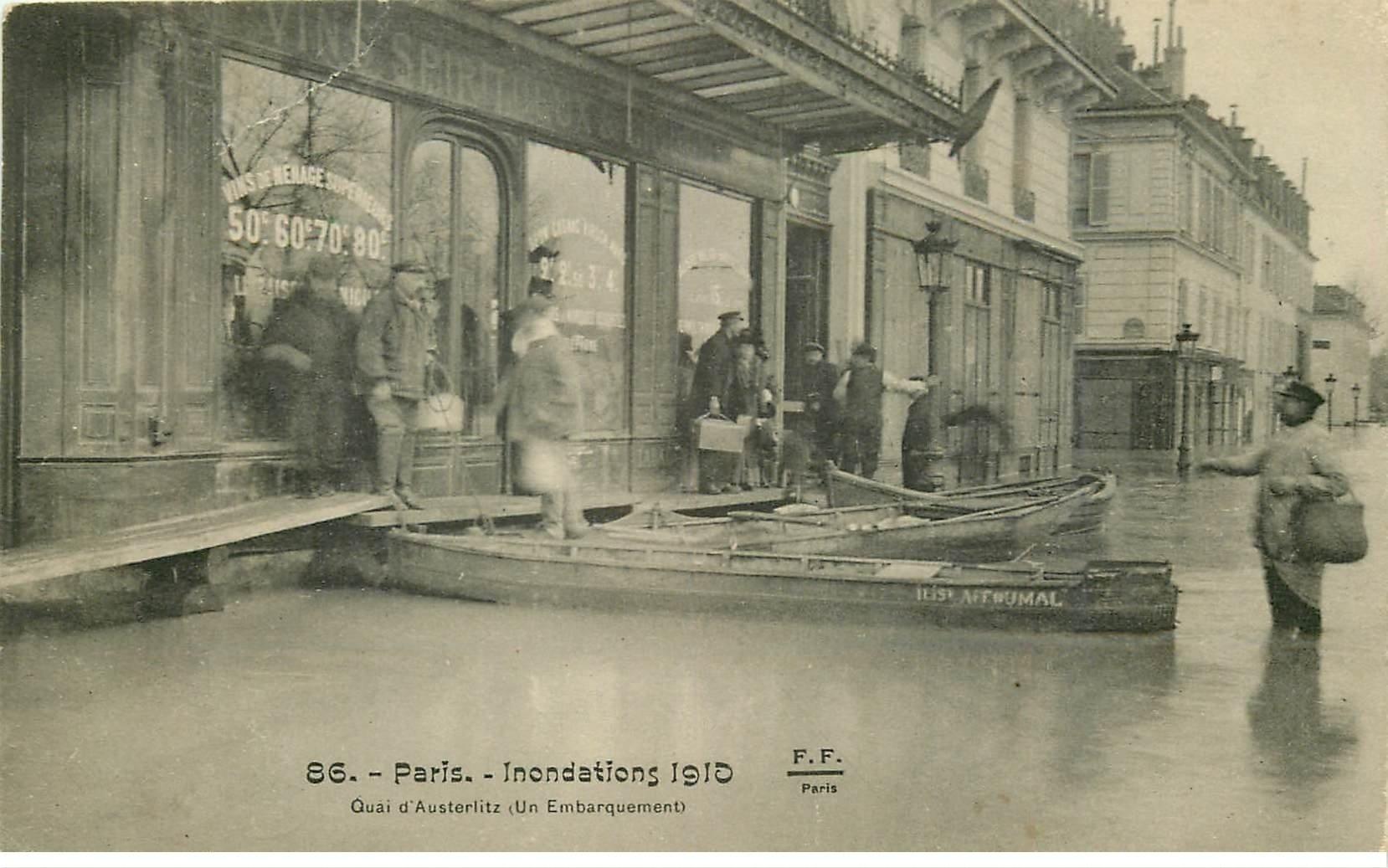 carte postale ancienne INONDATION ET CRUE PARIS 1910. Quai Austerlitz (légère plissure)