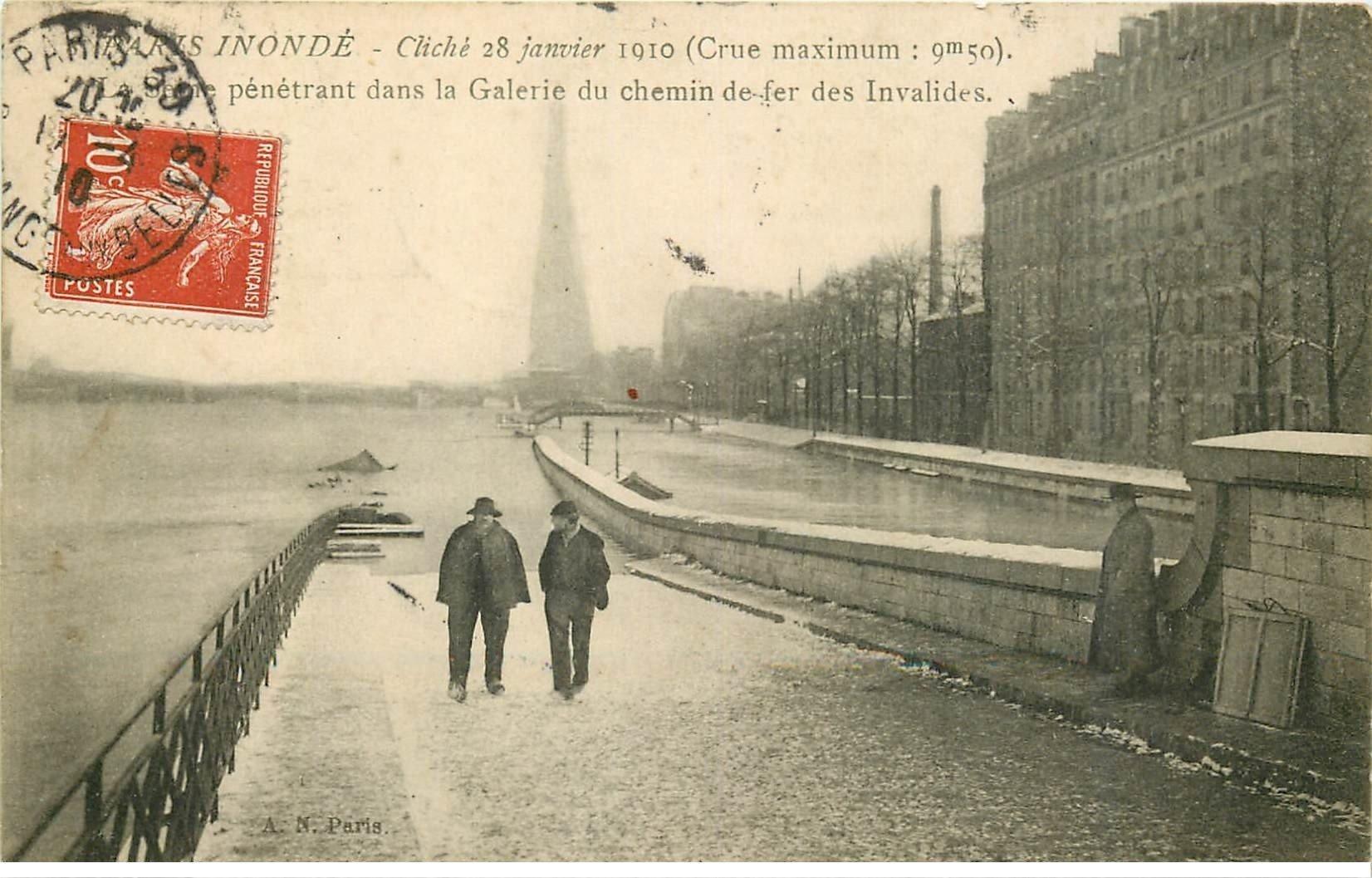 carte postale ancienne INONDATION ET CRUE PARIS 1910. Galerie Chemin de fer des Invalides