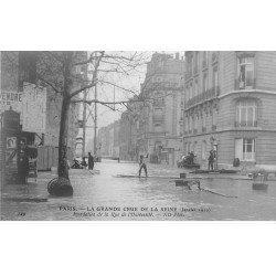carte postale ancienne INONDATION ET CRUE PARIS 1910. Rue Université embarcation de plaches