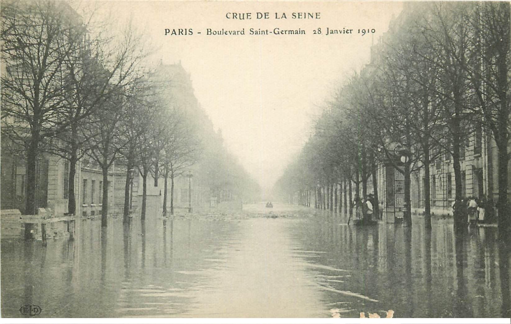 carte postale ancienne INONDATION ET CRUE PARIS 1910. Boulevard Saint-Germain (petit grattage)