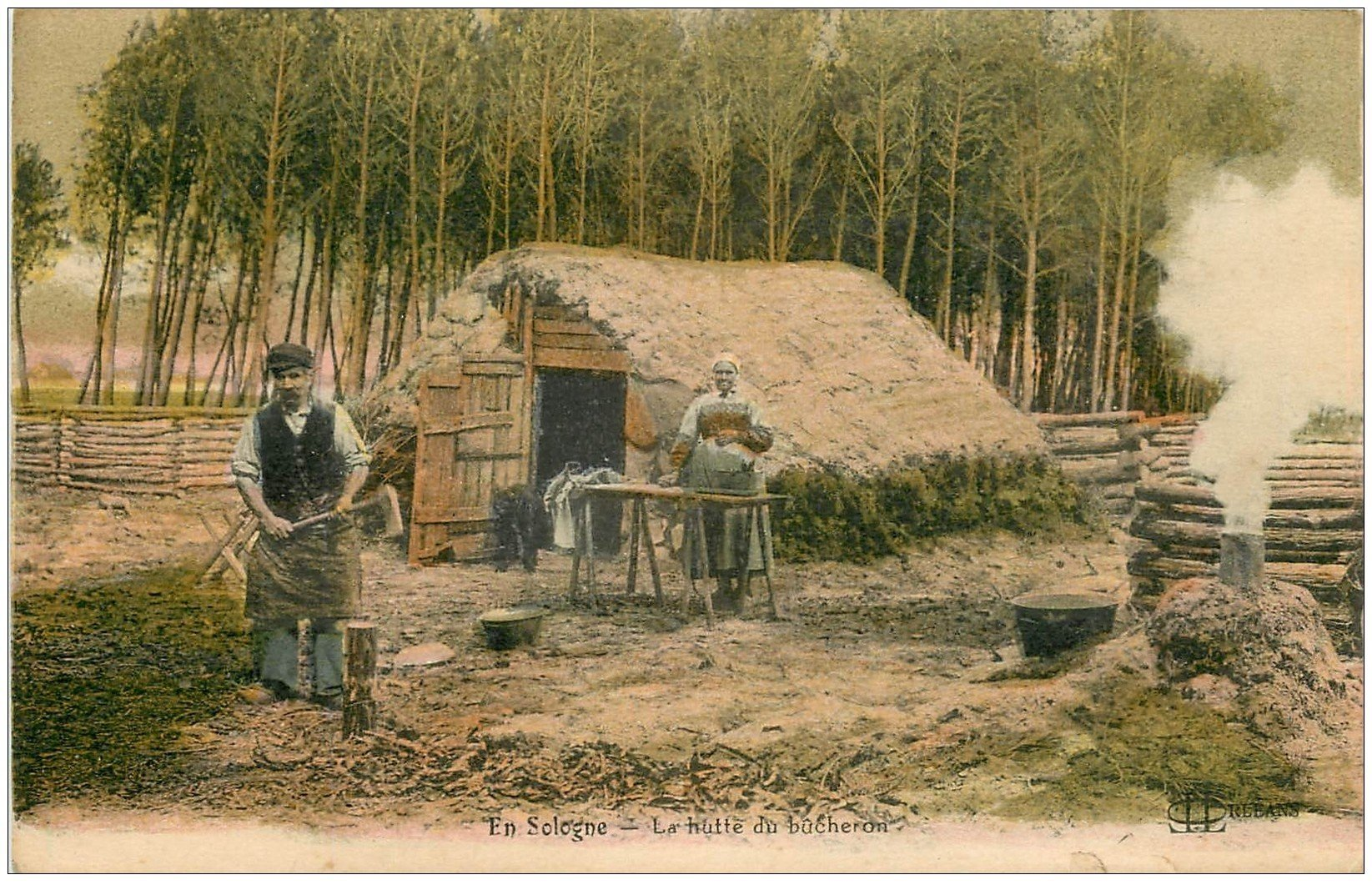 carte postale ancienne 45 EN SOLOGNE. La Hutte du Bûcheron coupant du bois