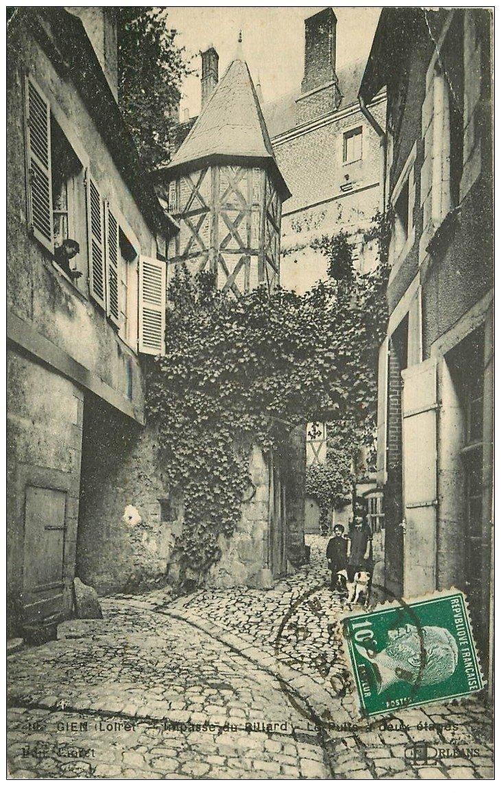 carte postale ancienne 45 GIEN. Impasse du Billard le Puits à deux étages 1923
