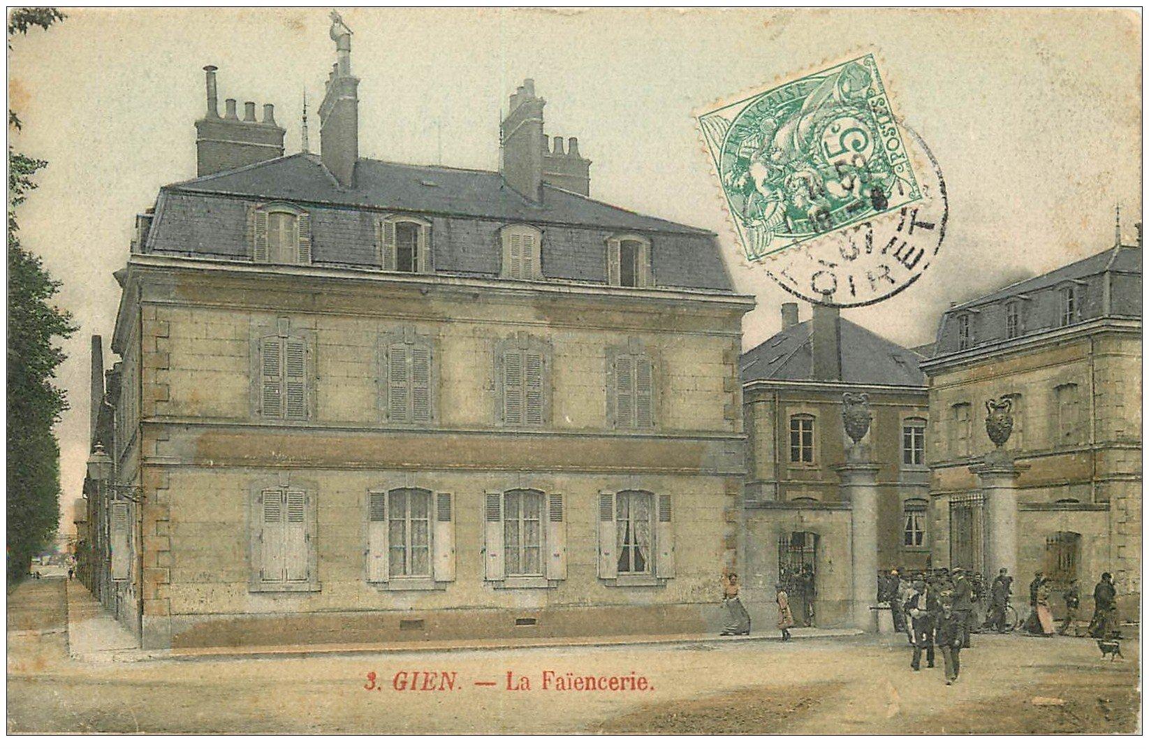 carte postale ancienne 45 GIEN. La Faïencerie 1907 sortie des Ouvriers