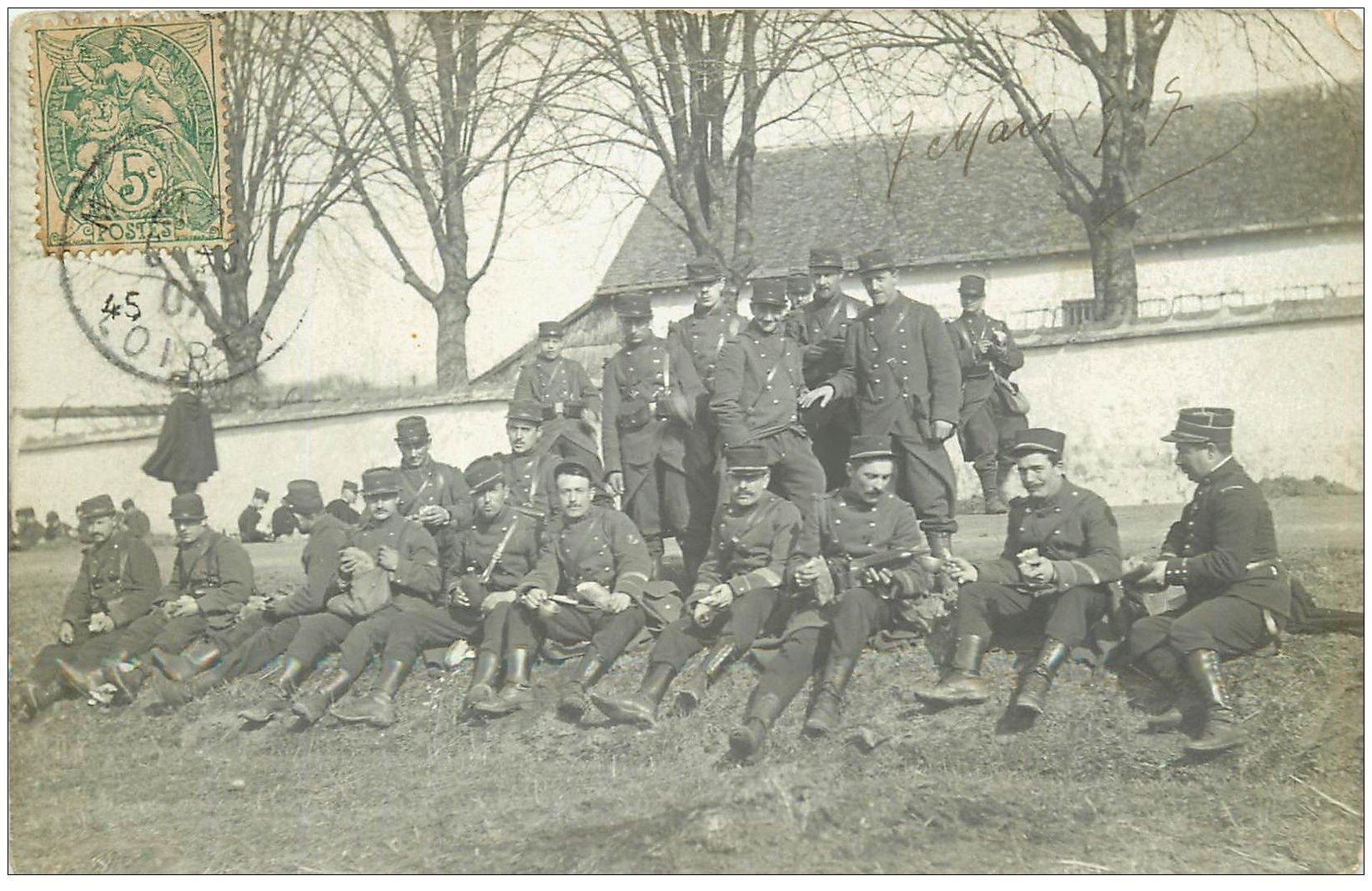 carte postale ancienne 45 LE LOIRET. Carte Photo d'un groupe de Militaires au casse-croute 1907
