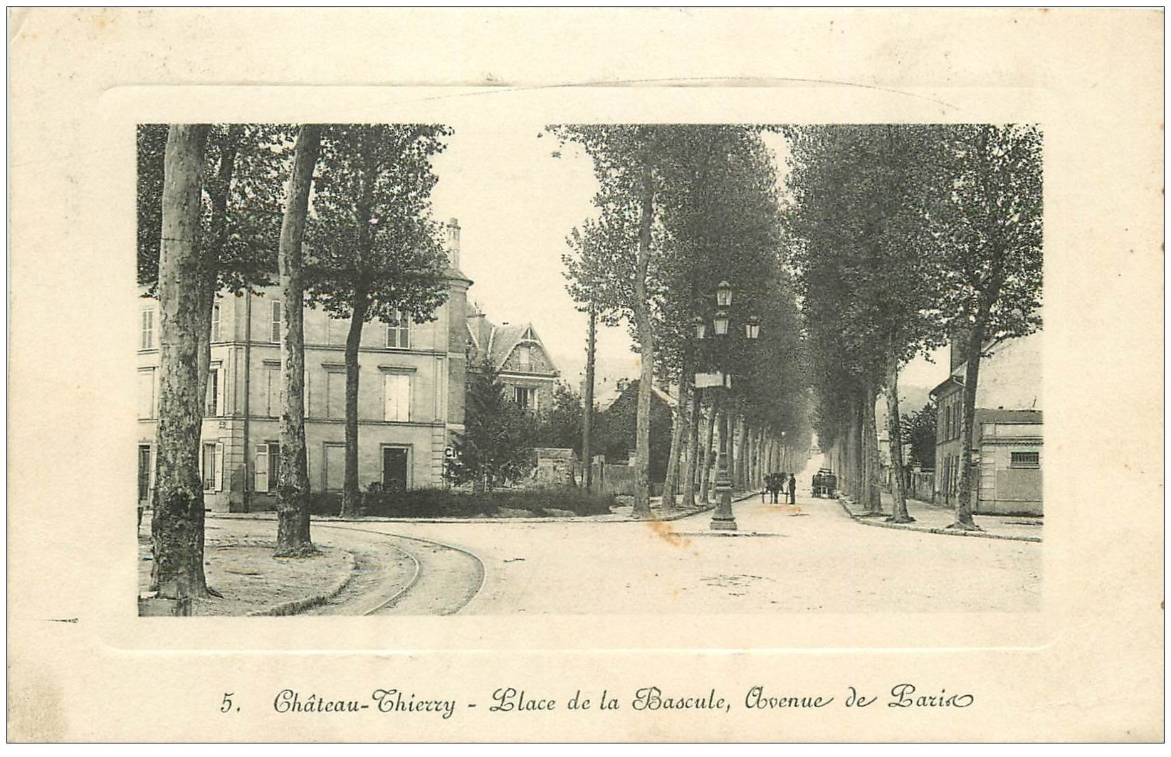 carte postale ancienne 02 CHATEAU-THIERRY. Place Bascule Avenue de Paris (carte gondolée)... 1911