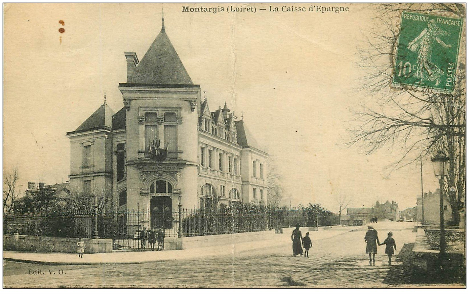 carte postale ancienne 45 MONTARGIS. La Caisse d'Epargne 1924. Pli vertical