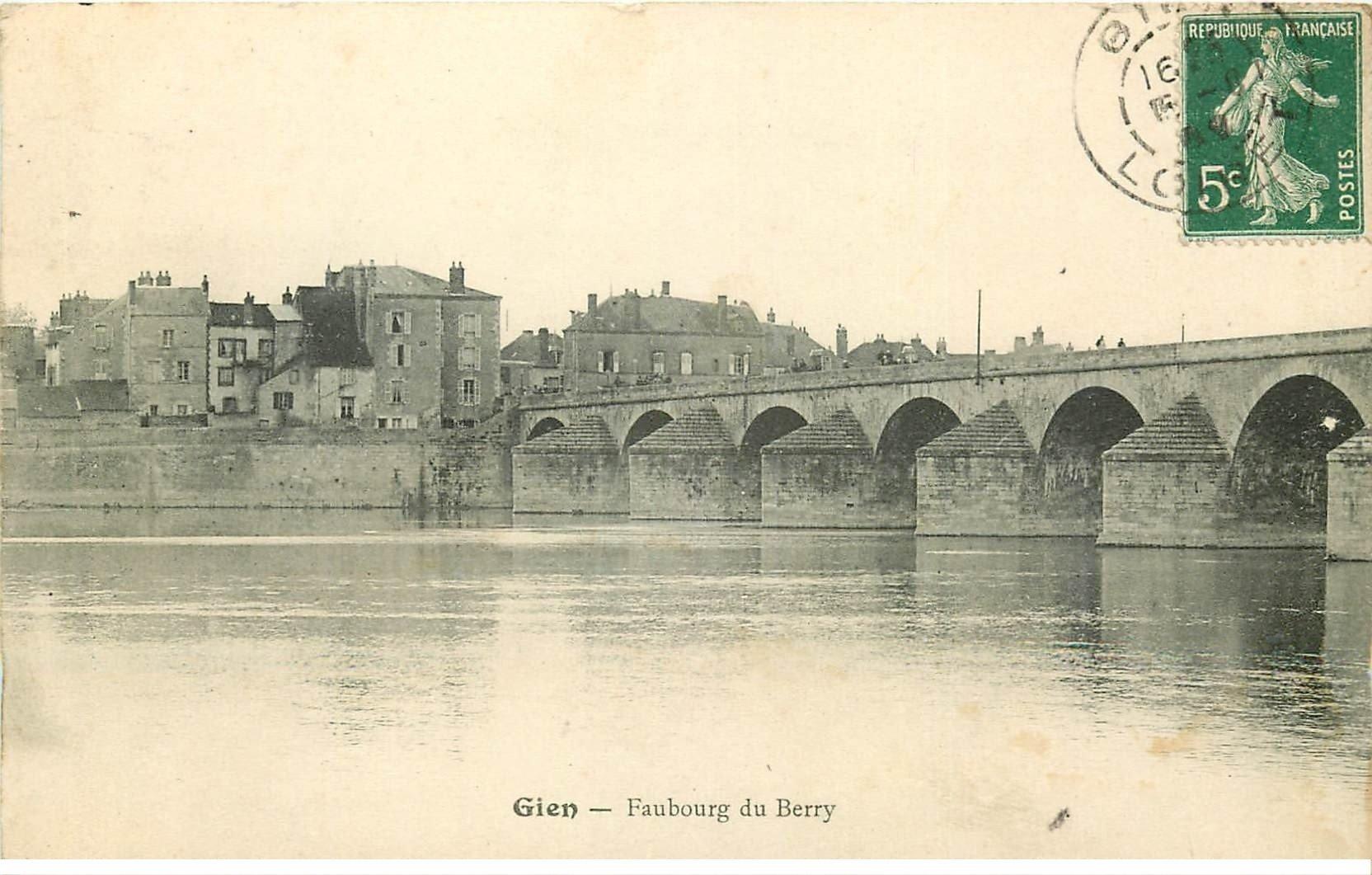 carte postale ancienne 45 GIEN. Faubourg du Berry vers 1909