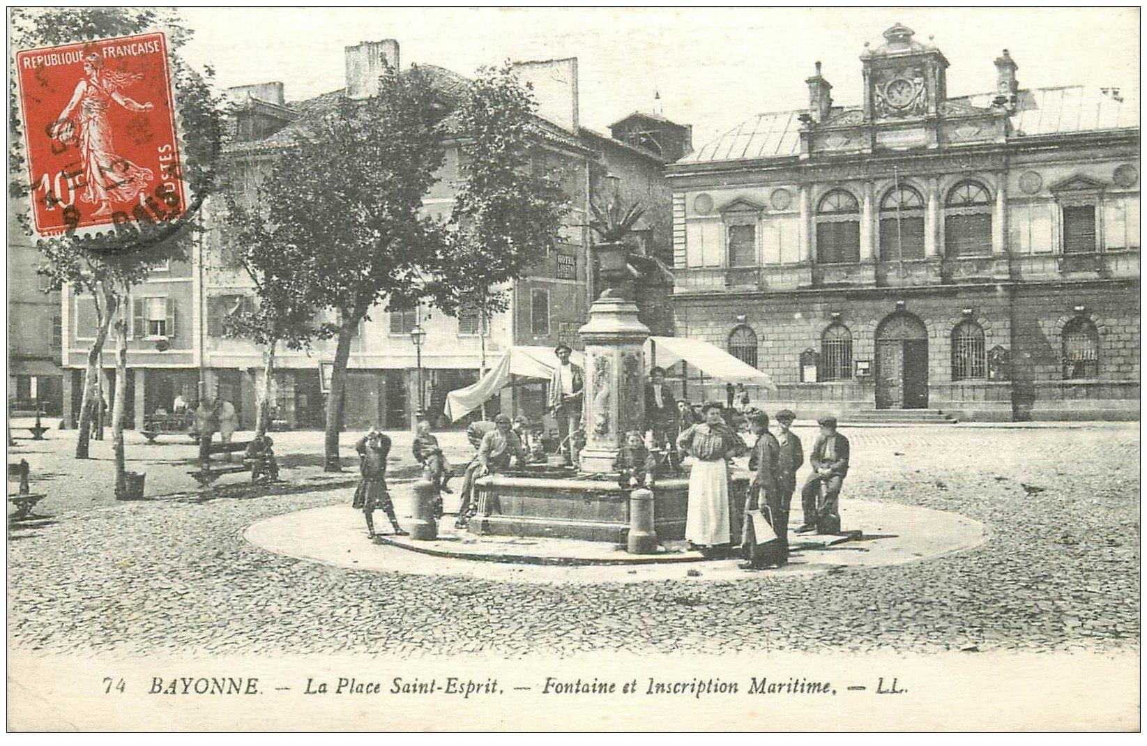 carte postale ancienne 64 BAYONNE. Fontaine et Inscription Maritime Place Saint-Esprit 1910