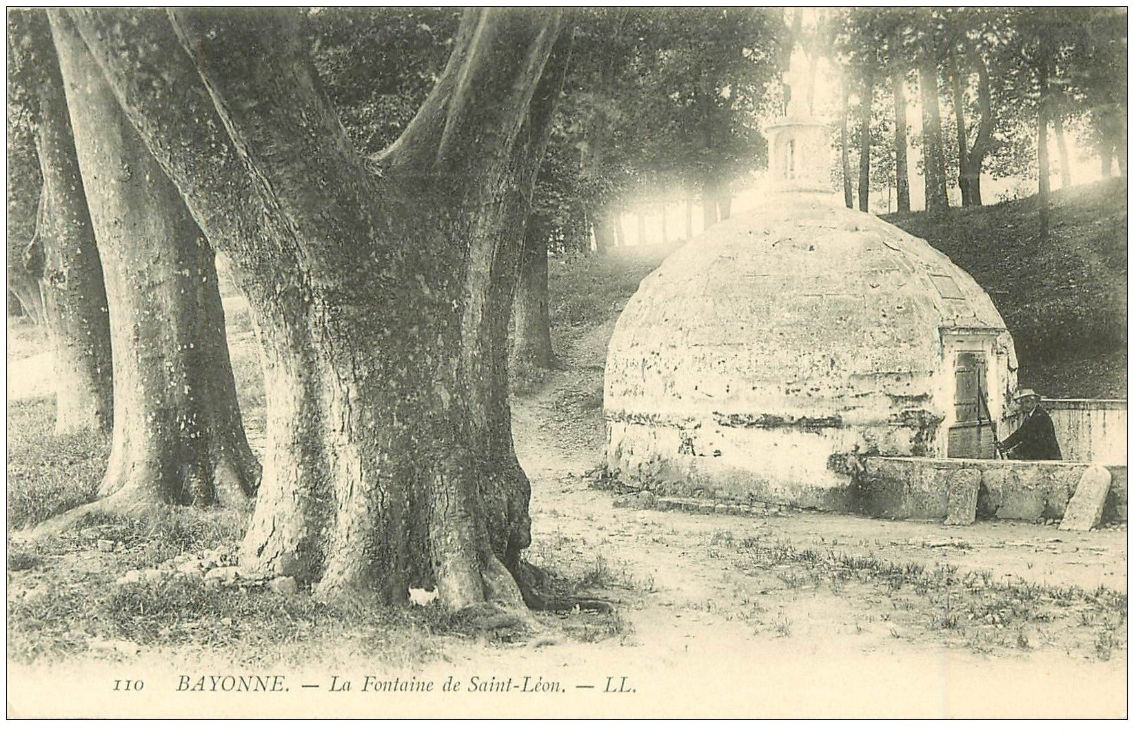 carte postale ancienne 64 BAYONNE. La Fontaine Saint-Léon animation
