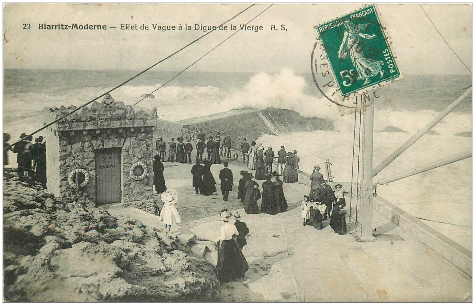 carte postale ancienne 64 BIARRITZ. Vague Digue de la Vierge 1910